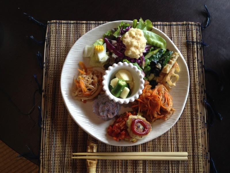 一和里さんが作るボリュームたっぷりマクロビ料理のランチは大好評。※予約制