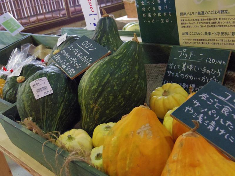 産直コーナーには野菜ソムリエ厳選のこだわり野菜が並びます。