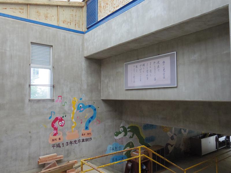学校のエントランスには卒業制作のイラストが描かれています。