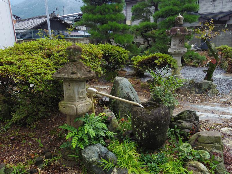 歴史を感じる日本庭園もあります。