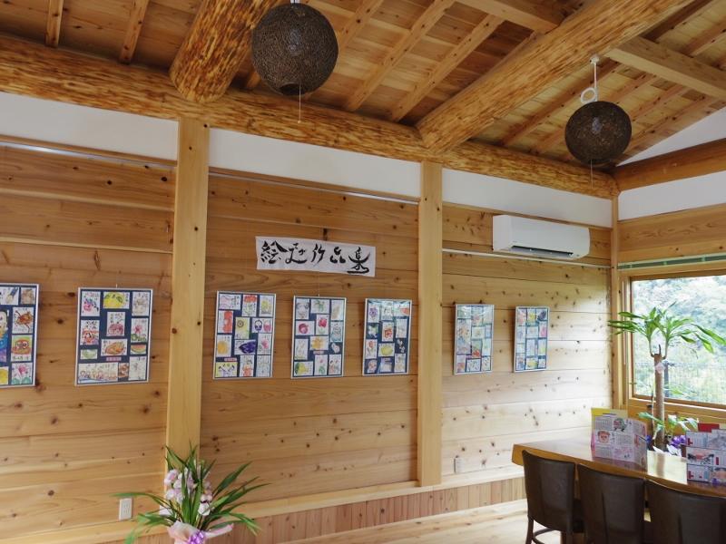 地元木材をふんだんにつかった店内にはギャラリーも併設。