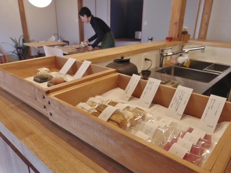 丁寧な仕事で作られた季節の素材を使った和菓子。生菓子と干菓子が並びます。