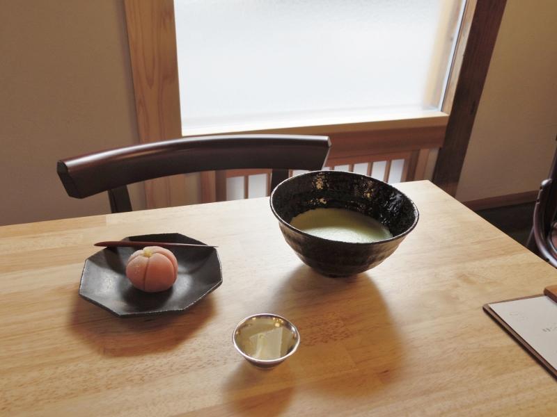 お茶と生菓子のセットは800円。お茶は三好市のお茶農家さんのものが2種類あり、選ぶことができます。