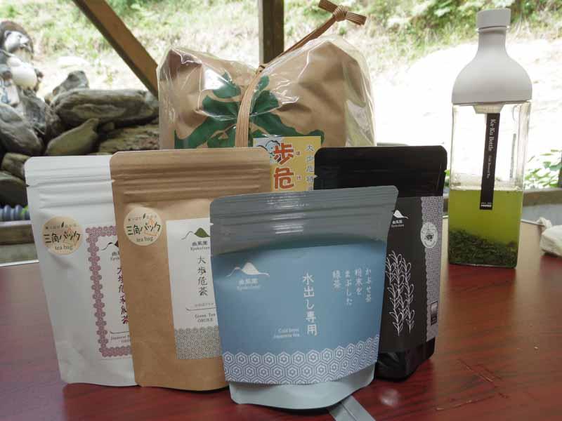水出しの煎茶や和紅茶、炒り歩危番茶などパッケージにもこだわり、新しい商品を開発しています。